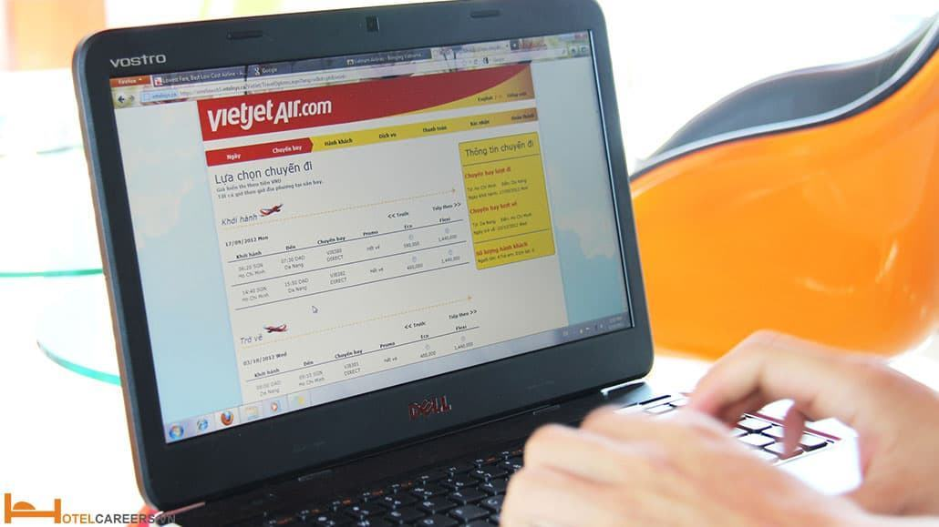 Máy tính và thẻ - yếu tố không thể thiếu khi book vé máy bay giá rẻ