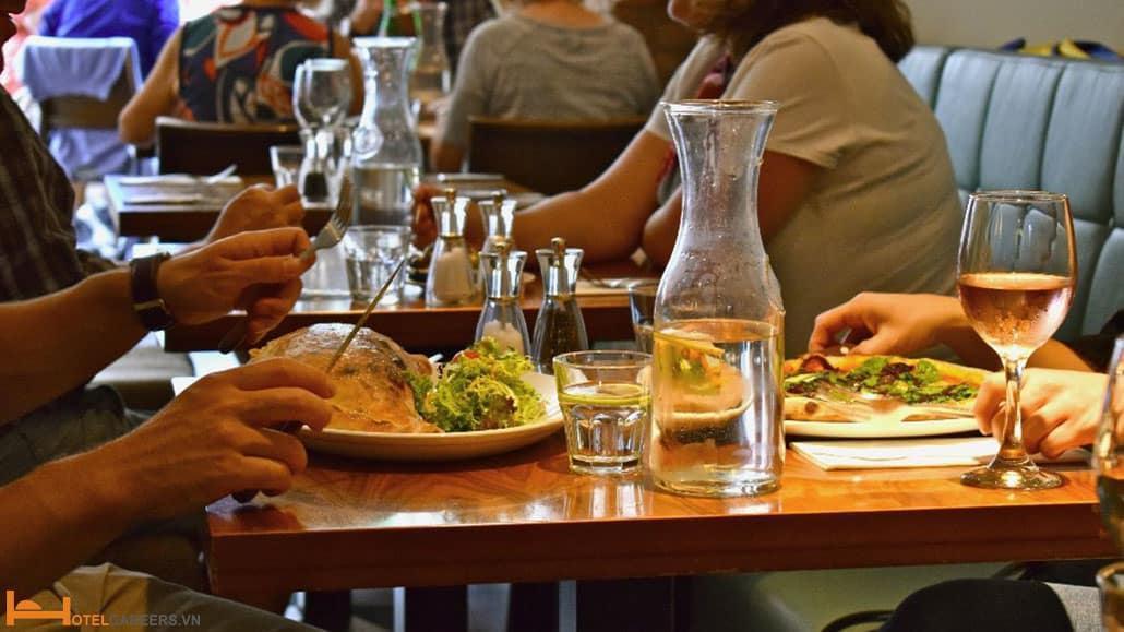 Khi không thể tìm được bàn thay thế cho khách