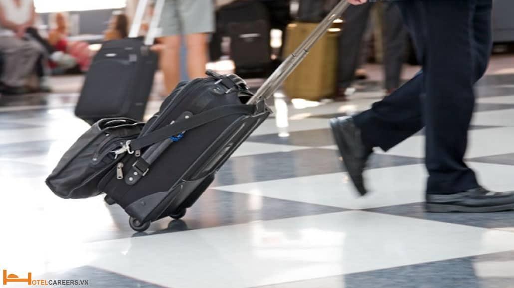 Airport representative hỗ trợ khách vận chuyển hành lý