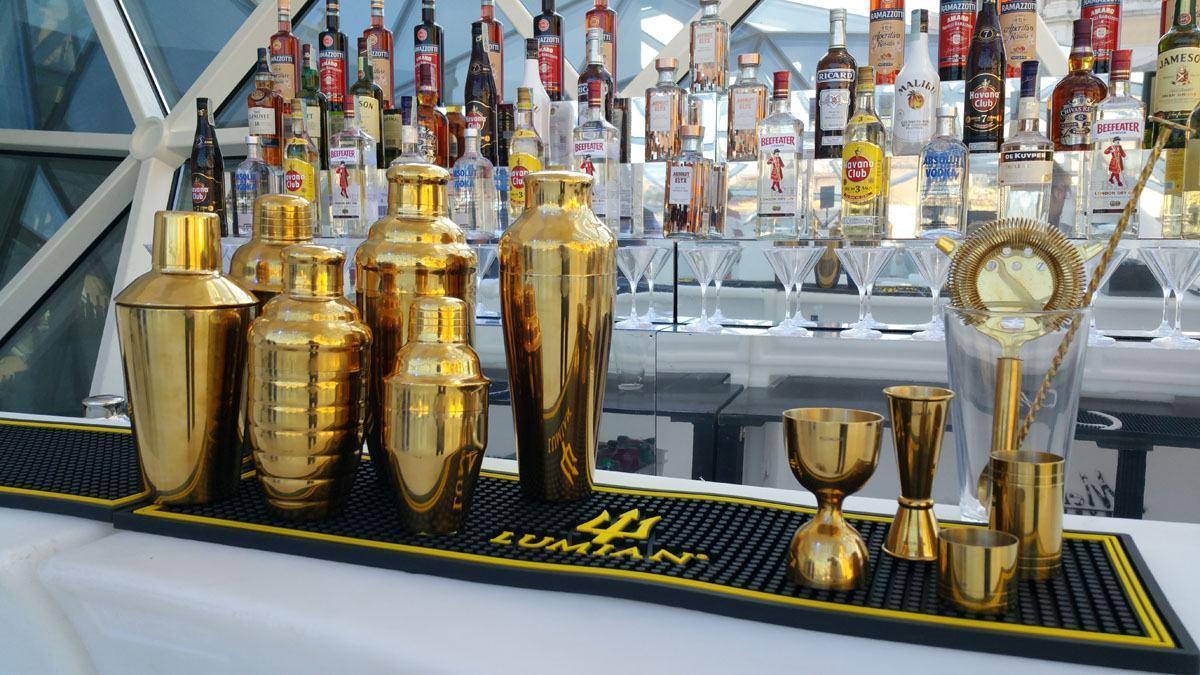 Bartender chuẩn bị dụng cụ cho ca làm việc