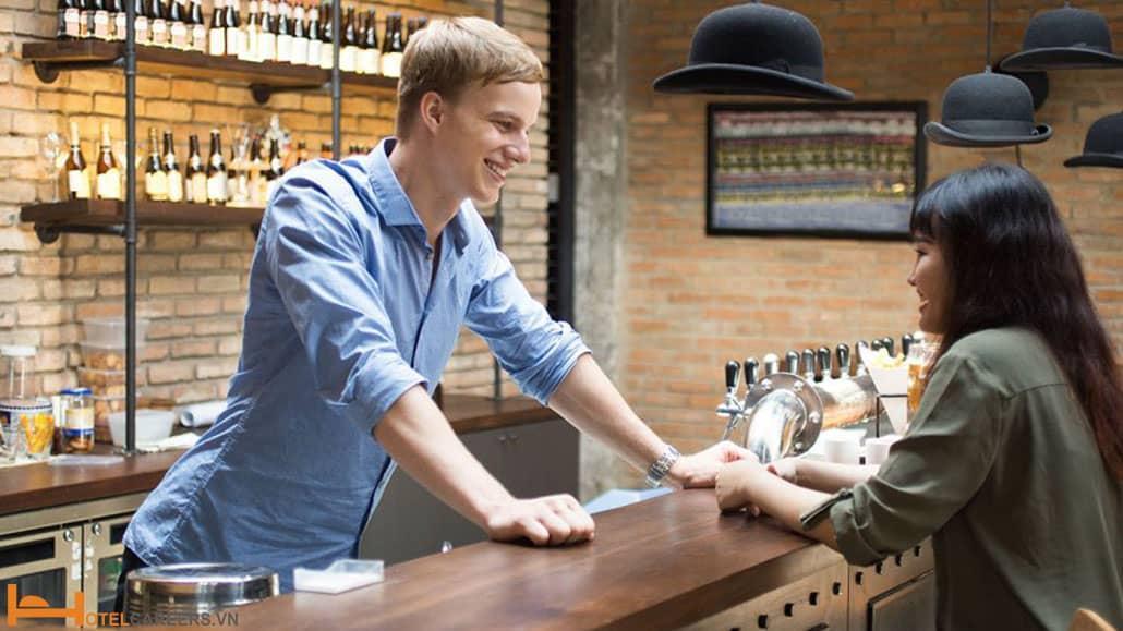 Bartender lắng nghe tâm sự của khách