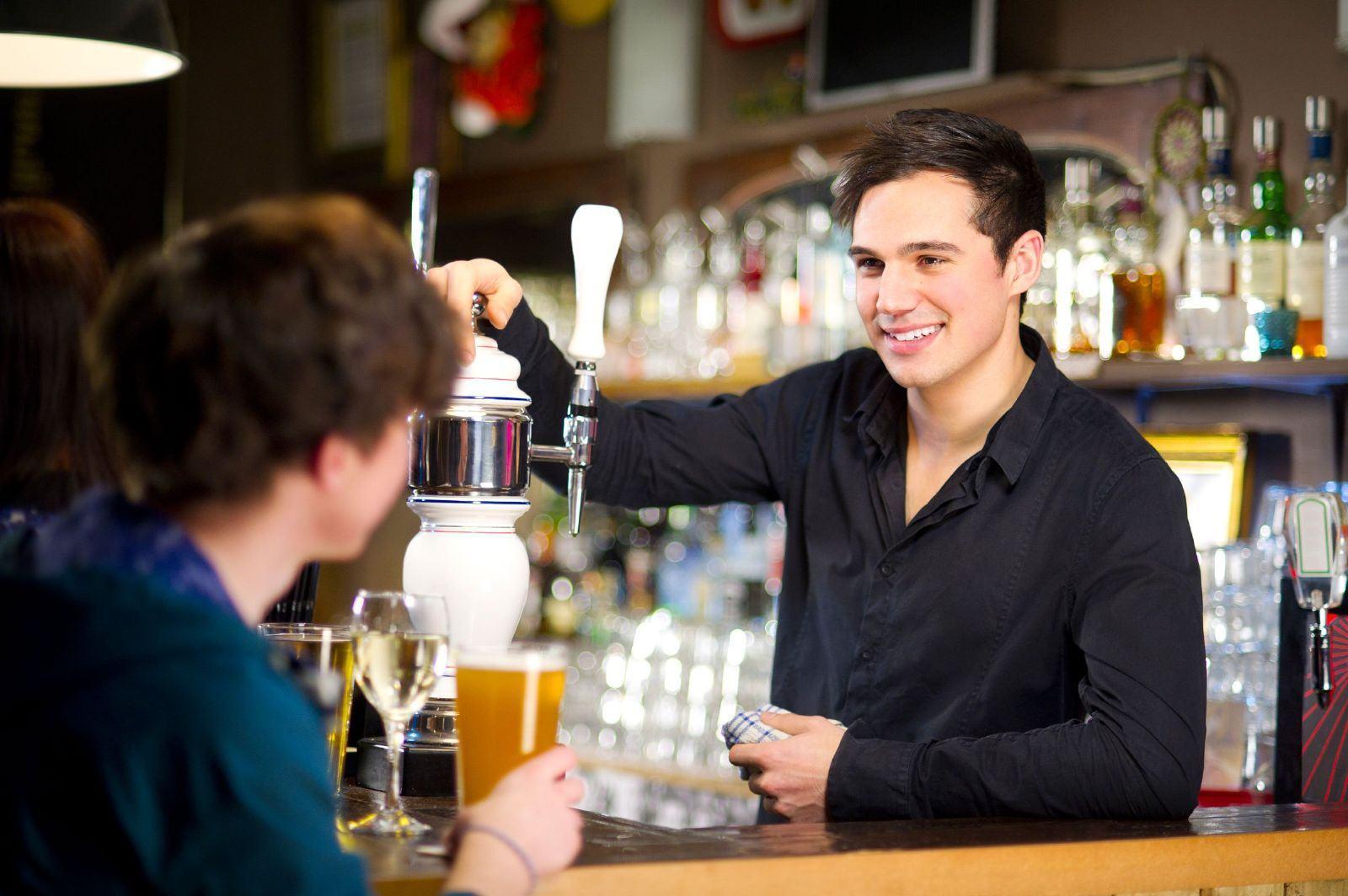 Bartender pha chế đồ uống cho khách