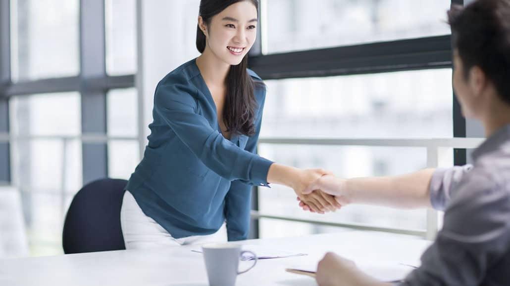 Bắt đầu buổi phỏng vấn bằng một cái bắt tay