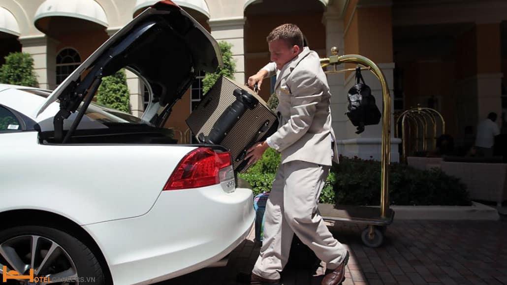 Bellman chuyển hành lý ra xe cho khách