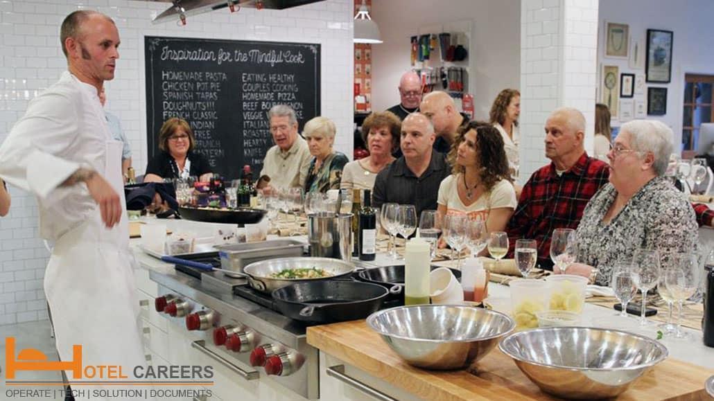 Bếp phó giải thích món ăn cho khách