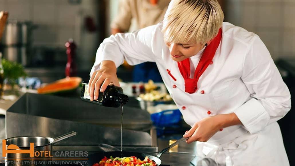 Bếp phó tham gia chế biến món ăn cho khách