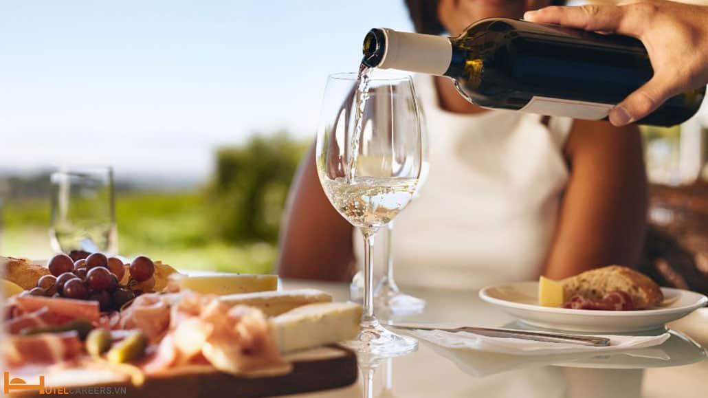 Cách rót rượu vang trắng