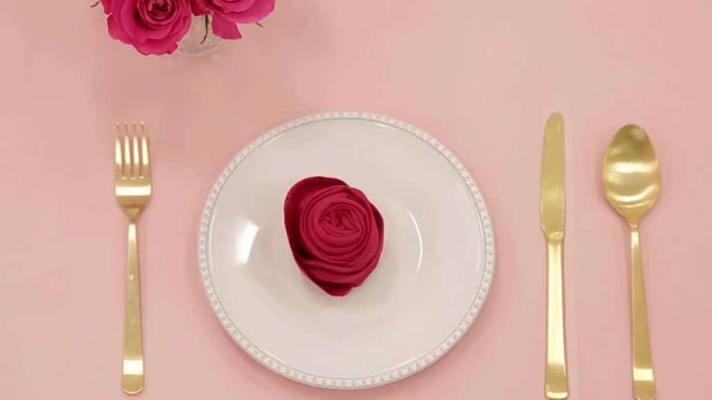 Cách xếp khăn ăn hình hoa hồng