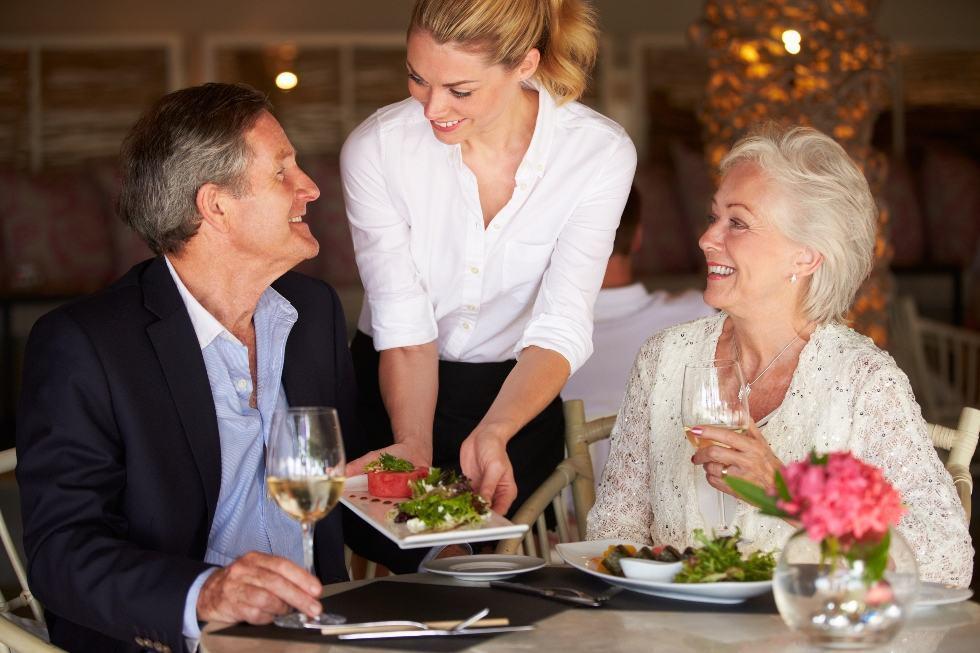Nhân viên nhà hàng tương tác với khách hàng