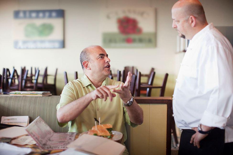 Nhân viên nhà hàng xử lý phản hồi