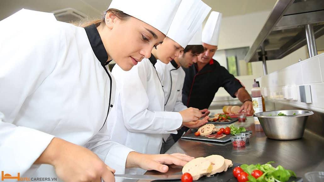 Nhân viên bếp bên quy trình chế biến món ăn