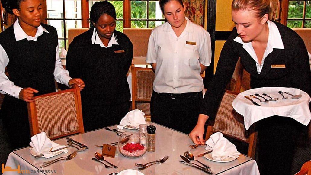 Nhân viên nhà hàng cần được đào tạo trước khi tiếp xúc với khách hàng