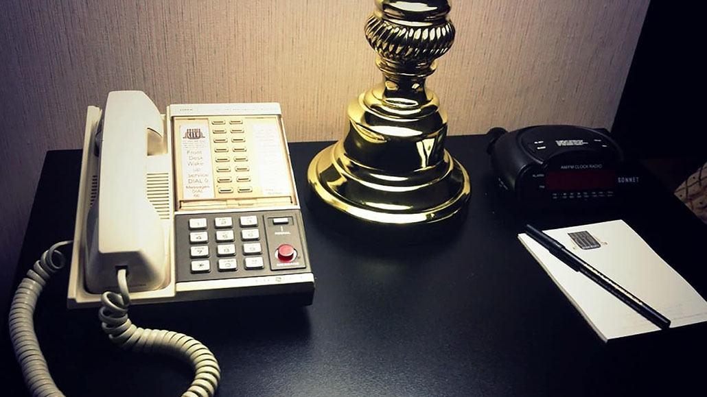 Điện thoại cố định trong phòng khách sạn