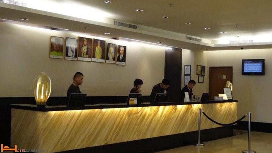 Nhân viên lễ tân khách sạn là người cởi mở và hiếu khách
