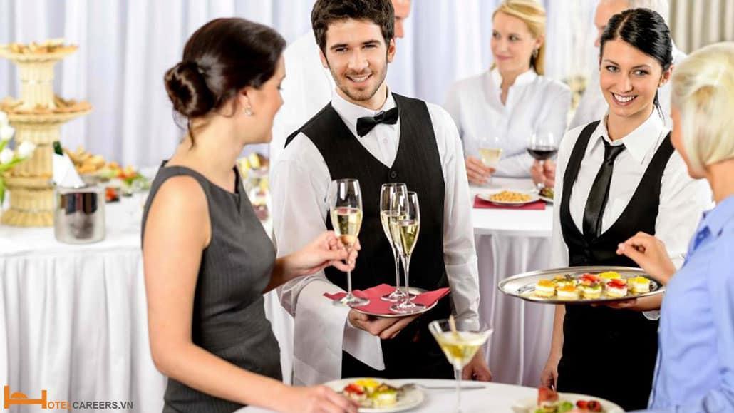 Nhân viên Banquet hỗ trợ khách