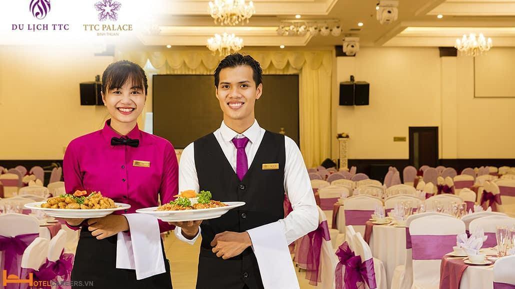 Nhân viên Banquet phục vụ đồ ăn cho khách