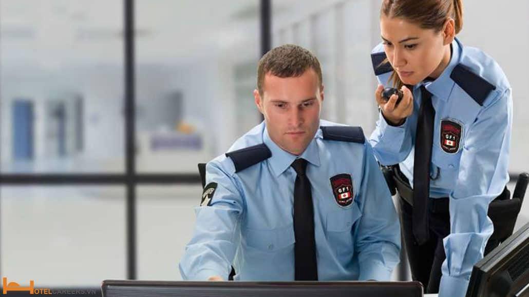 Nhân viên bảo vệ xử lý tình huống trên máy tính