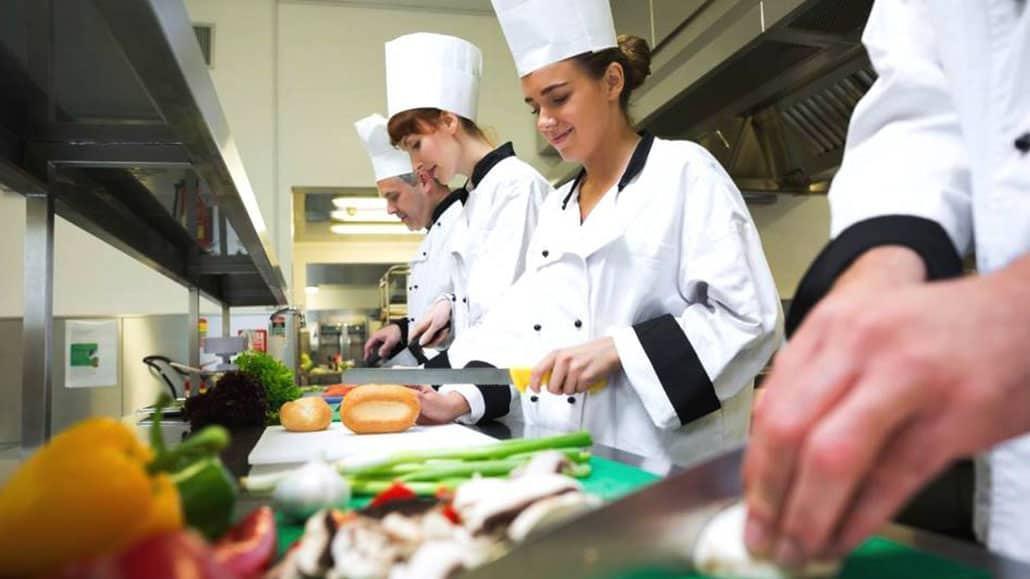 Nhân viên bếp chế biến món ăn