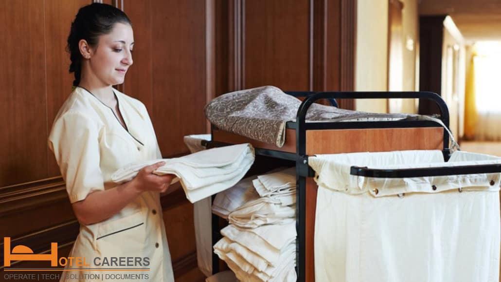 Nhân viên buồng phòng nhận đồ giặt của khách