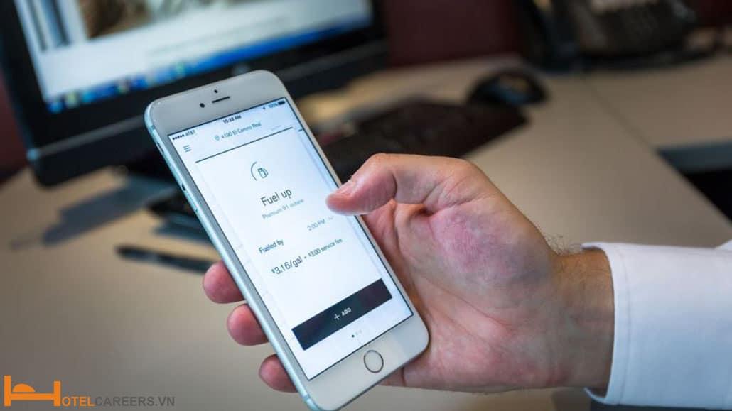 Nhân viên Concierge hỗ trợ khách kết nối Wifi
