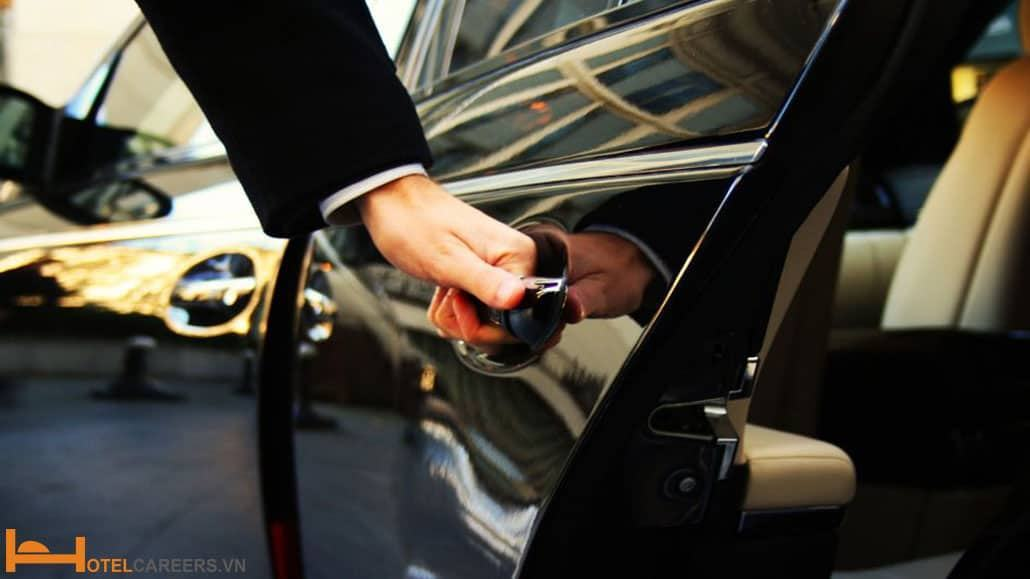 Nhân viên Concierge mở cửa xe cho khách