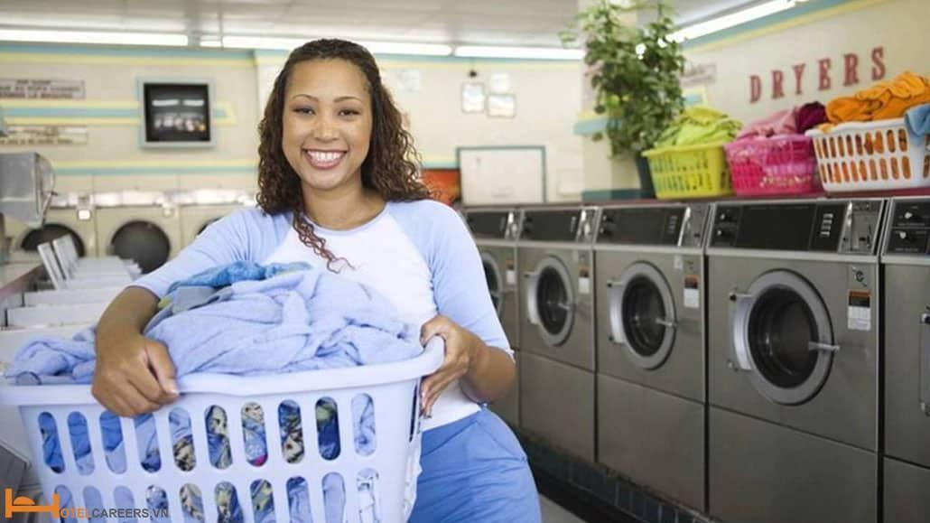 Nhân viên giặt là phân loại đồ