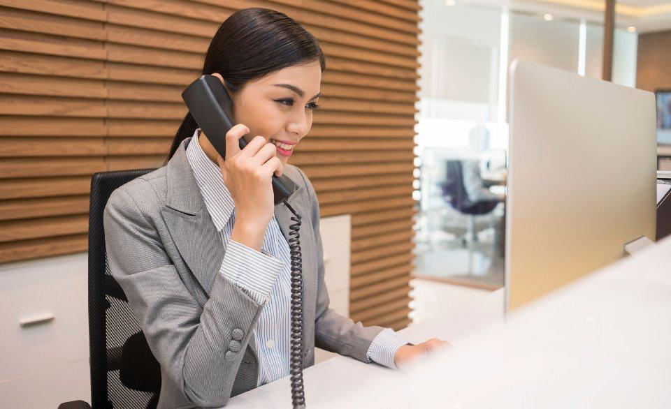 Nhân viên đặt phòng gọi điện thông báo về việc hủy đặt phòng thành công