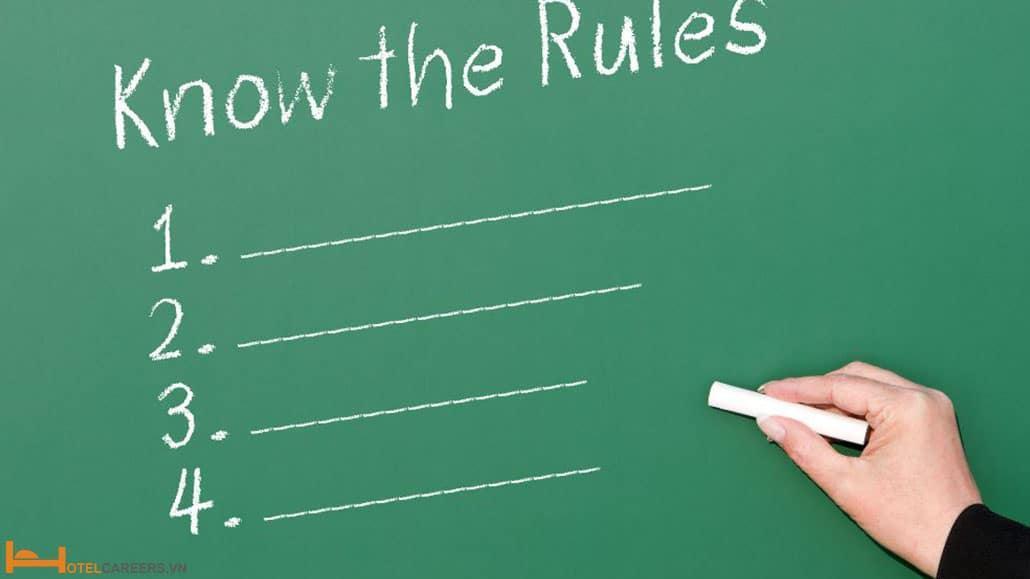 Nhân viên lễ tân tuân thủ các quy tắc, quy định của khách sạn