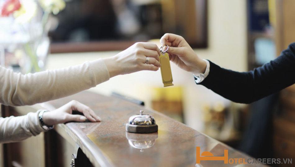 Nhân viên lễ tân với quy trình check in khách sạn