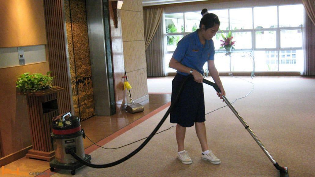 Nhân viên dọn vệ sinh khu vực công cộng