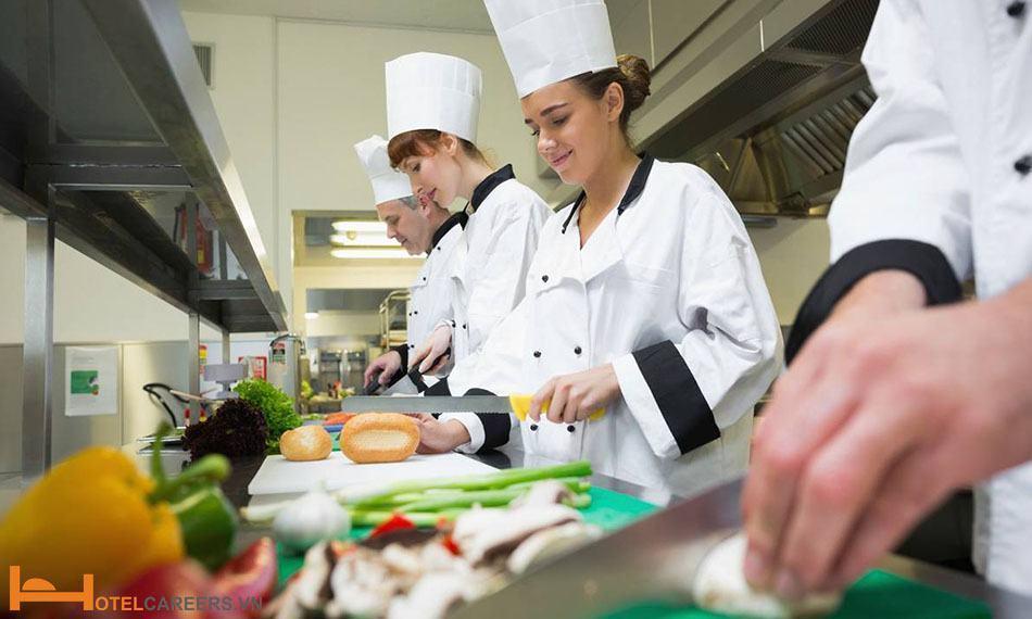 Phụ bếp hỗ trợ bếp chính chế biến món ăn