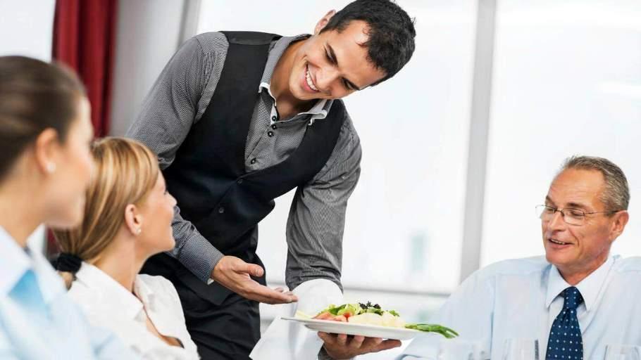 Nhân viên phục vụ đồ ăn cho khách