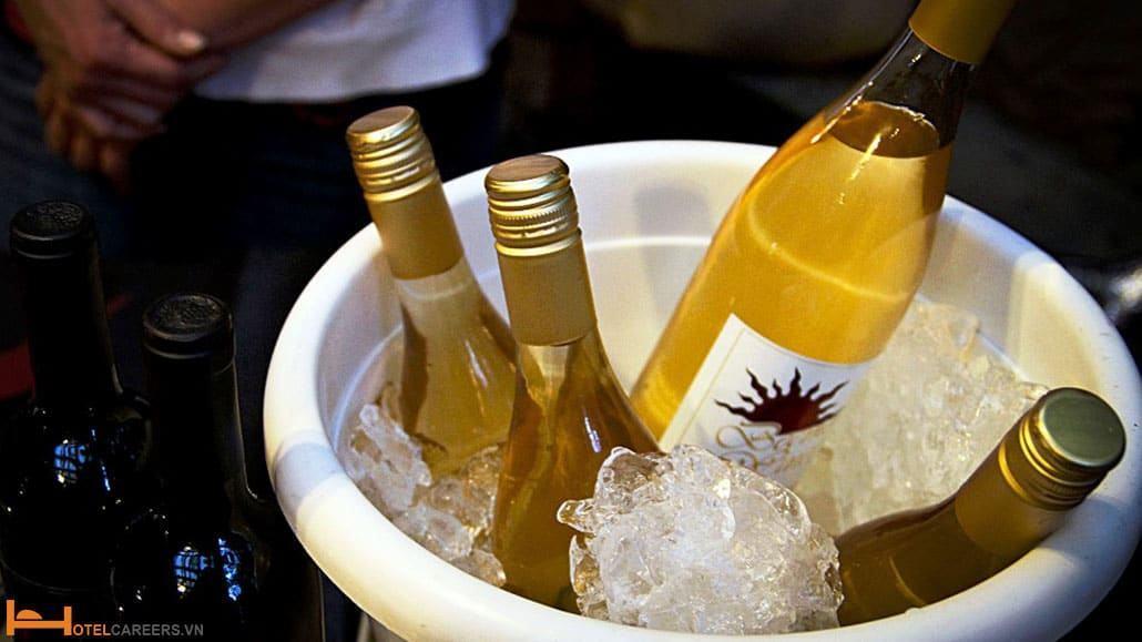 Rượu vang trắng cần được ngâm nước và đá trước khi phục vụ