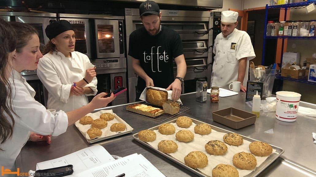 Thợ làm bánh cần học hỏi và sáng tạo nhiều cách trang trí mới mẻ