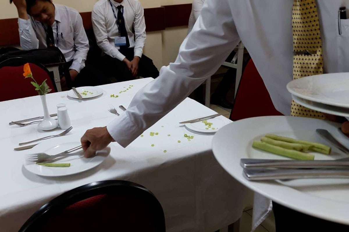 Thu dọn bát đĩa bẩn