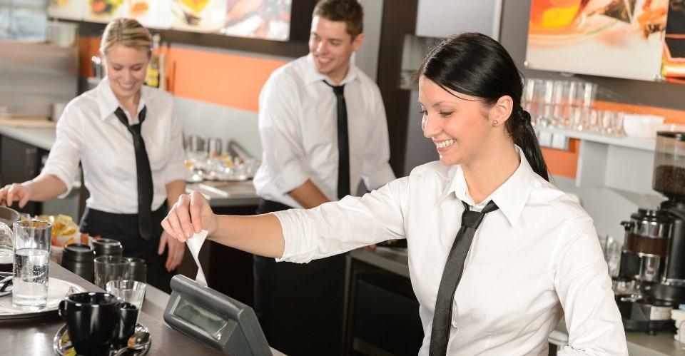 Thu ngân thanh toán cho khách