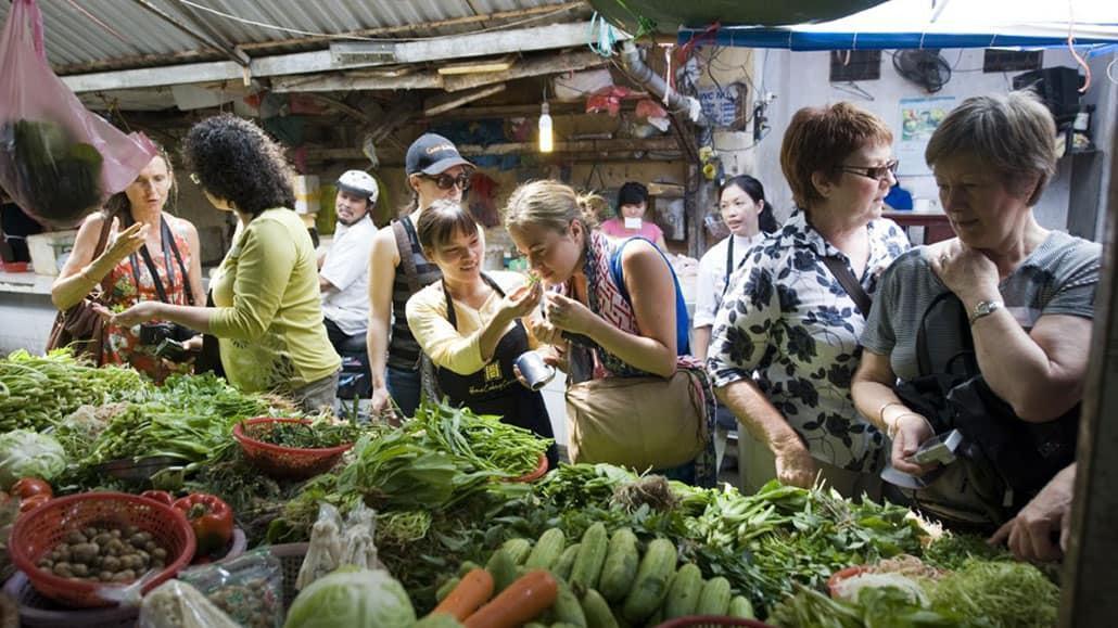 Tìm hiểu văn hóa, ẩm thực địa phương
