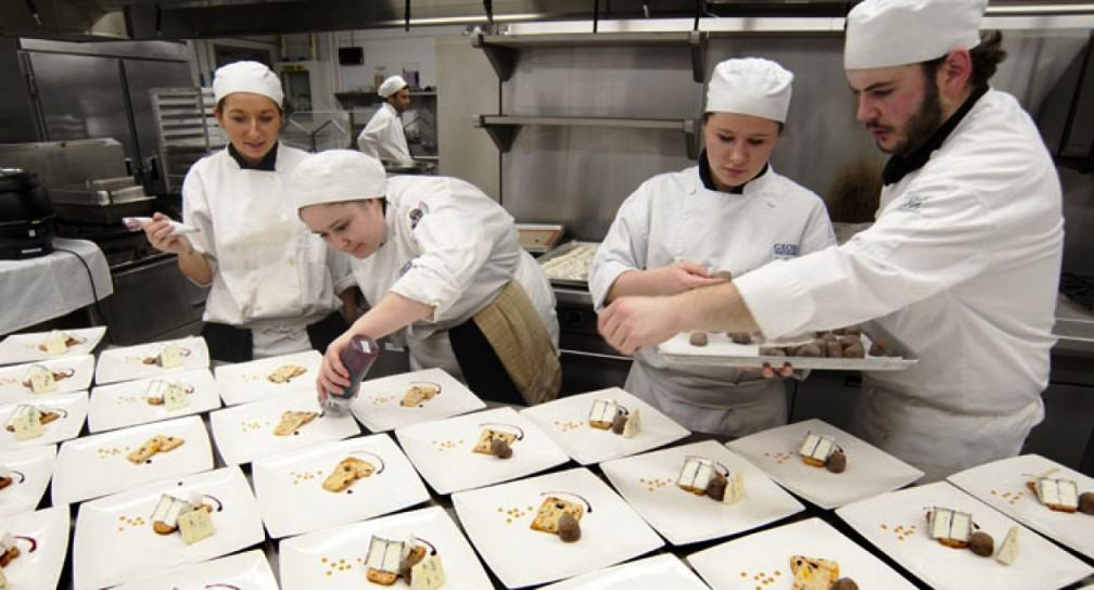 Giám sát công việc nhân viên bếp bánh