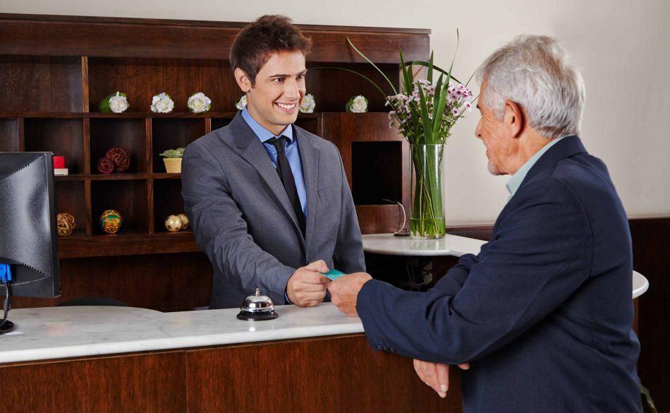 Truyền đạt chính sách thẻ ghi nợ tới khách hàng