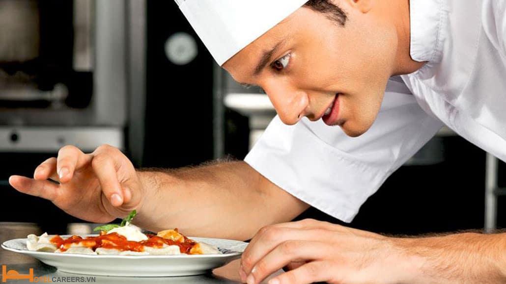Bếp trưởng chế biến món ăn