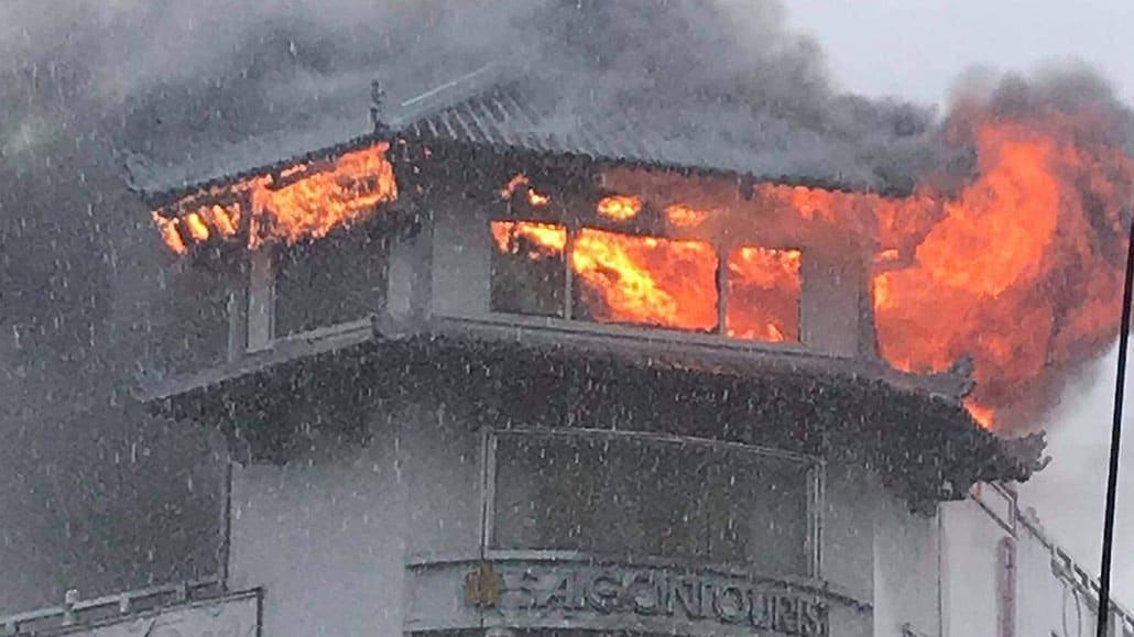 Khách sạn Đồng Khánh cháy trong mưa